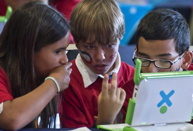 Niños frente a laptop